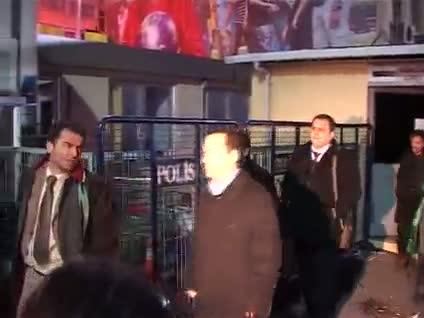 KCK şüphelilerinin avukatları adliye önünde eylem yaptı