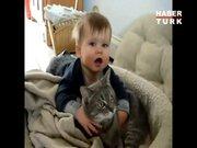 Sevimli bebeğin kedi aşkı