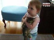 Bebeğin kedi sevgisi!