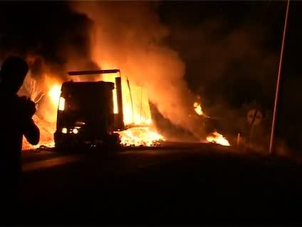 PKK'lılar yola barikat kurup TIR yaktı!
