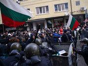 Halk protesto etti, hükümet istifa...