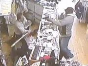 Silahlı soyguncuyu beyzbol sopasıyla durdurdu