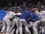 Beyzbol oyuncuları birbirlerine girdi!