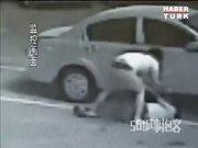 Otopark görevlisine çekiçle saldırdı