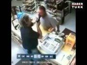 Silahlı soyguncu baltayı taşa vurdu