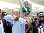 """Bilal Erdoğan """"Ya Hak"""" dedi, ok attı"""