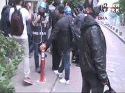 Eylemciyle sivil polis böyle boğuştu