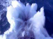 Dalgaları yarıp giden savaş gemisi
