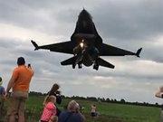 Türk F-16'ların İngiltere'deki şovu nefes kesti