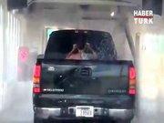 Arabasını yıkatırken kendi de yıkanan adam