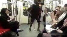 İran'da bir kadının metroda çılgın dansı!
