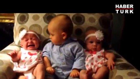 İkiz bebeklere şaşıran bebek