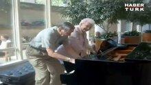 Piyano çalan yaşlı çift