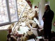Heyelan, evin duvarını yıktı