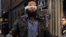 Gözü bağlı Müslüman adamın insanlardan samimi bir sarılma istemesi