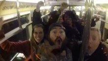 Metroda çılgınca eğlenen insanlar