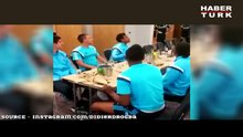 Yemek masasında şov!