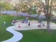 Parkta oyun oynarken yıkılan ağacın altında kaldılar