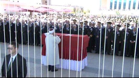 Kenan Evren'in cenaze namazında 'helal etmiyorum' protestosu