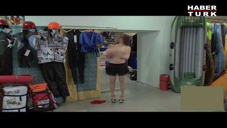 Kadının göğüsleri düştü!