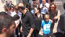 Angelina Jolie'nin elini öptü