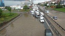 Yağışlar trafiği kapattı!