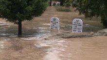 Mezarlık su altında kaldı