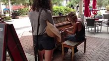 /video/eglence/izle/sokakta-piyano-calan-evsiz-adam/143896