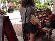 Sokakta piyano çalan evsiz adam