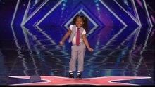 Küçük kızdan büyüleyen performans