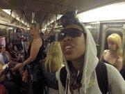 Metroda şarkı söyledi