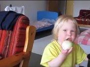 Soğan yiyen bebek