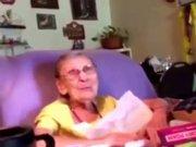 Yaşlı kadının sevinci