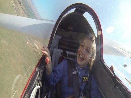 İlk uçuş deneyimini babasına armağan etti