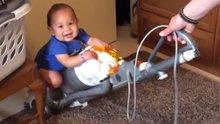 Elektrik süpürgesiyle tanışan bebekler