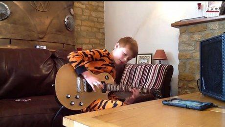 Elektro gitar çalan küçük yetenek