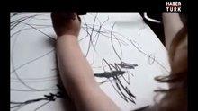 Kızının karalamalarını sanat eserine dönüştürdü