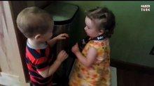 Kıza sarıldıktan sonra sevinçten coşan bebek