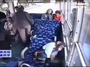 Otobüste yaşlılara yer veren maymun