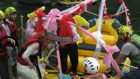 Rafting botuyla düğün konvoyu