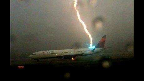 Yolcu uçağına yıldırım düştü!