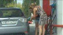 Kadın sürücünün yakıt pompası ile imtihanı