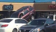 Arabasını çekiciden kurtarmaya çalışan adam