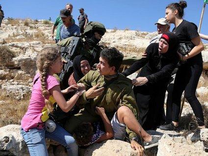 İsrail askerinden Filistinli çocuğa şiddet