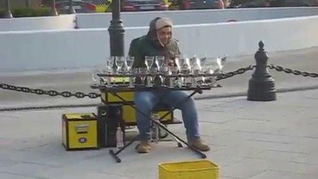 Sokak sanatçısından bardak şov