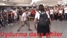 Havalimanında dans gösterisi