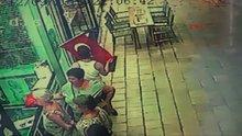 Down sendromlu turist çocuk bayrağı öptü