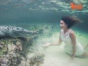 Timsahla su altında moda çekimi