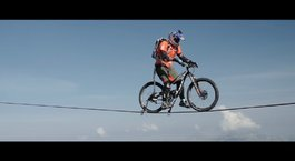 Fransız Alpleri'nde bisiklet sürdü