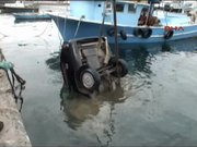 Otomobil denize düştü!